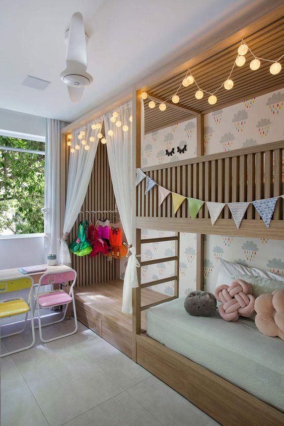 Beliche de madeira criativa e decorada com bandeiras e iluminação charmosa
