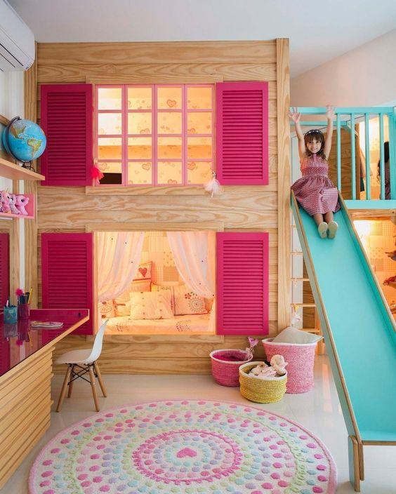 Beliche de madeira no formato de casa e com escorregador