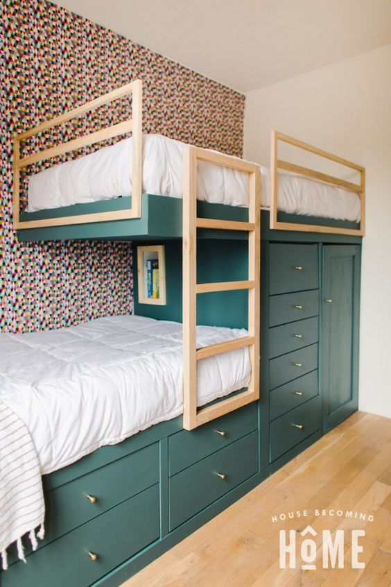 Beliche de madeira planejada com armários para guardar roupas