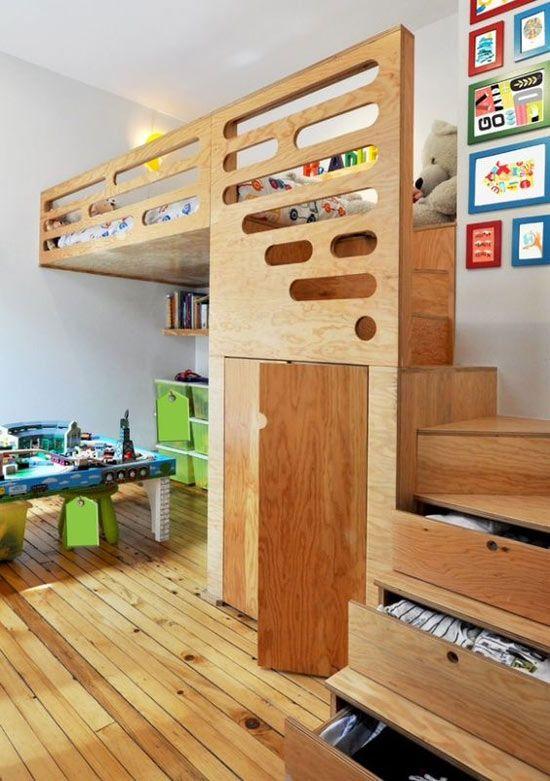 Beliche de madeira planejada com gavetas na escada