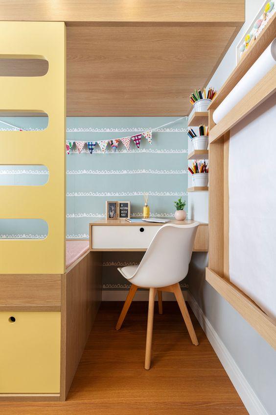Beliche de madiera com escada amarela e escrivaninha