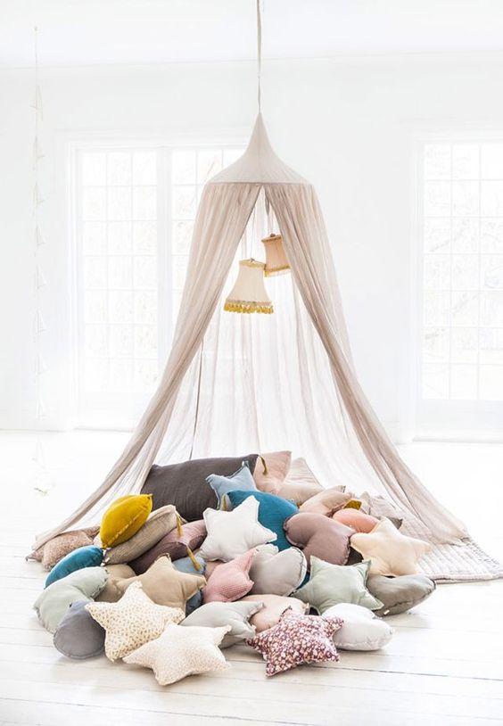 Cabana em casa com almofadas divertidas em formato de estrela