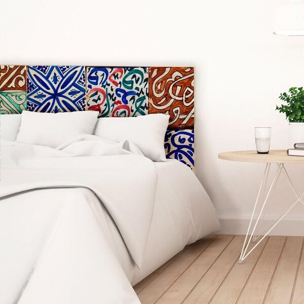 Cabeceira de cama feita com revestimento cerâmico colorido. Fonte: Pinterest