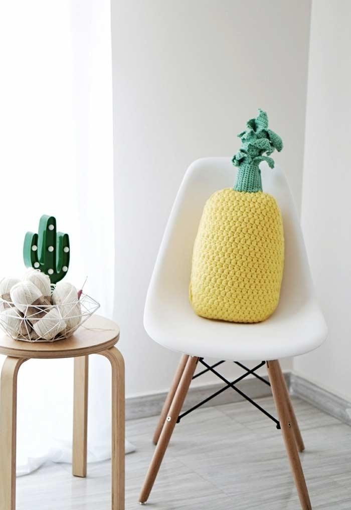 Cadeira com almofadas divertidas feita de croche