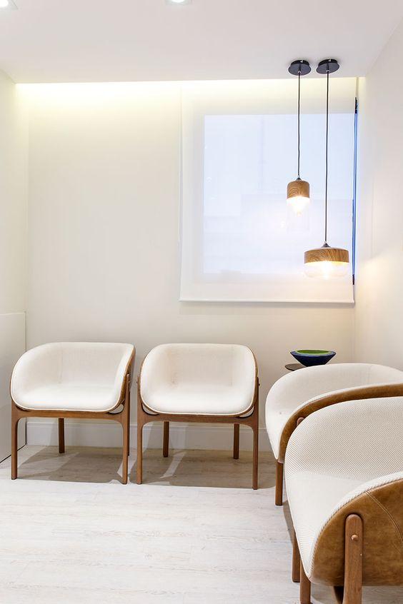 Cadeiras para sala de espera na cor branca e pendente