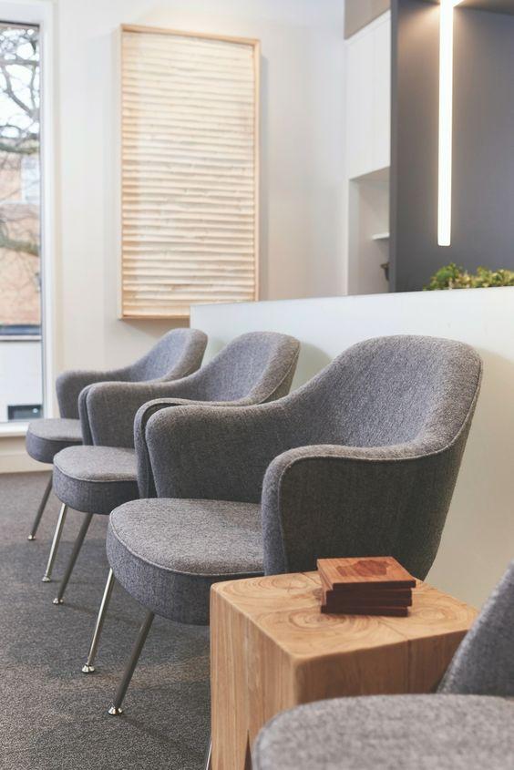 Cadeiras para sala de espera na cor cinza e confortáveis
