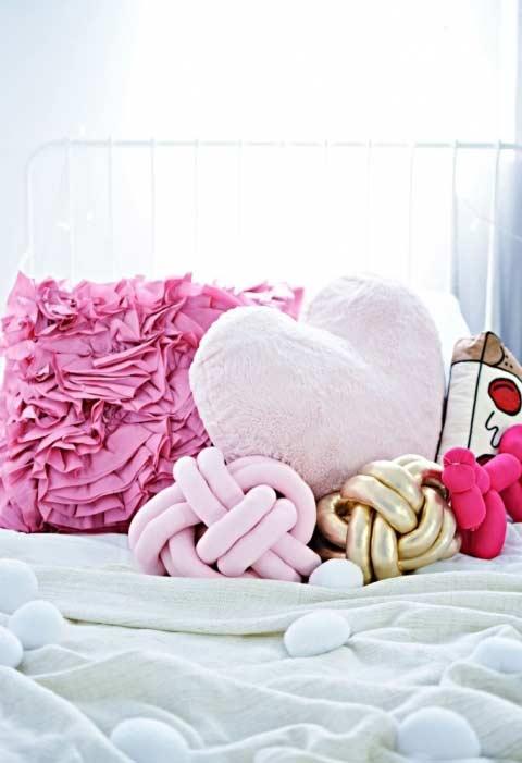 Cama decorada com almofadas divertidas