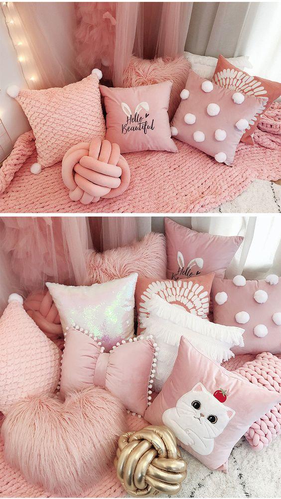 Cama decorada com almofadas divertidas em tons de rosa