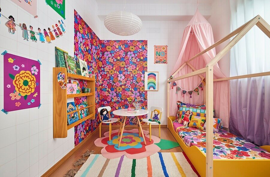Cantinho de escuto com mesa redonda para quarto infantil feminino Foto Marcos Fertonani para MOOUI