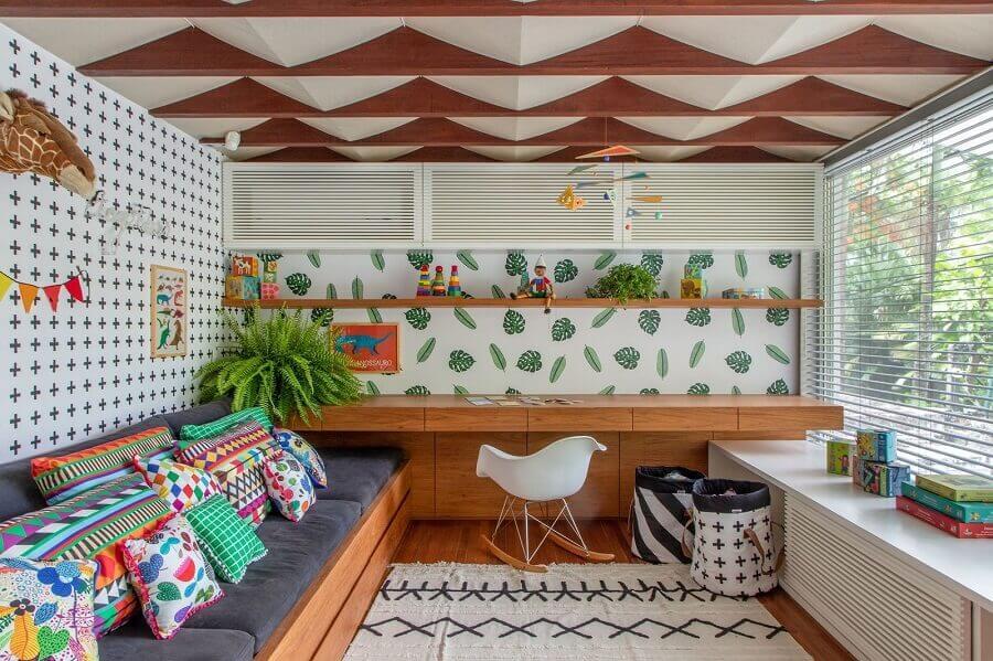 Cantinho de estudos decorado com bancada de madeira e almofadas coloridas Foto MOOUI