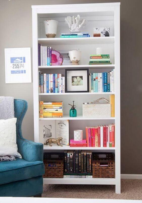 Cantinho de leitura com enfeites para estante de livros
