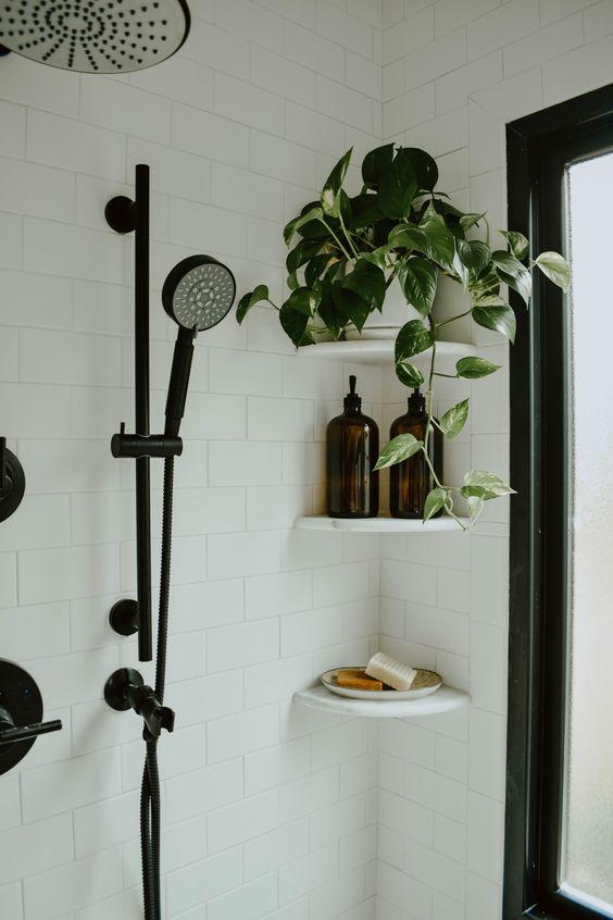 Cantoneira para banheiro de granito com chuveiro preto