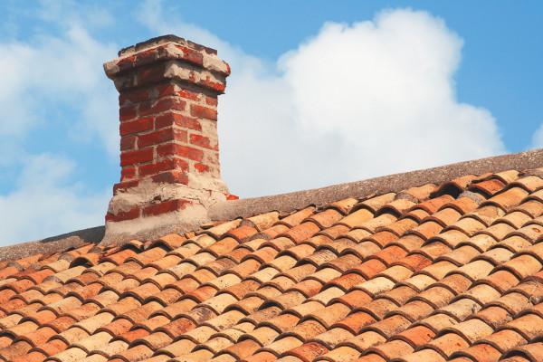 Casa com chaminé no telhado