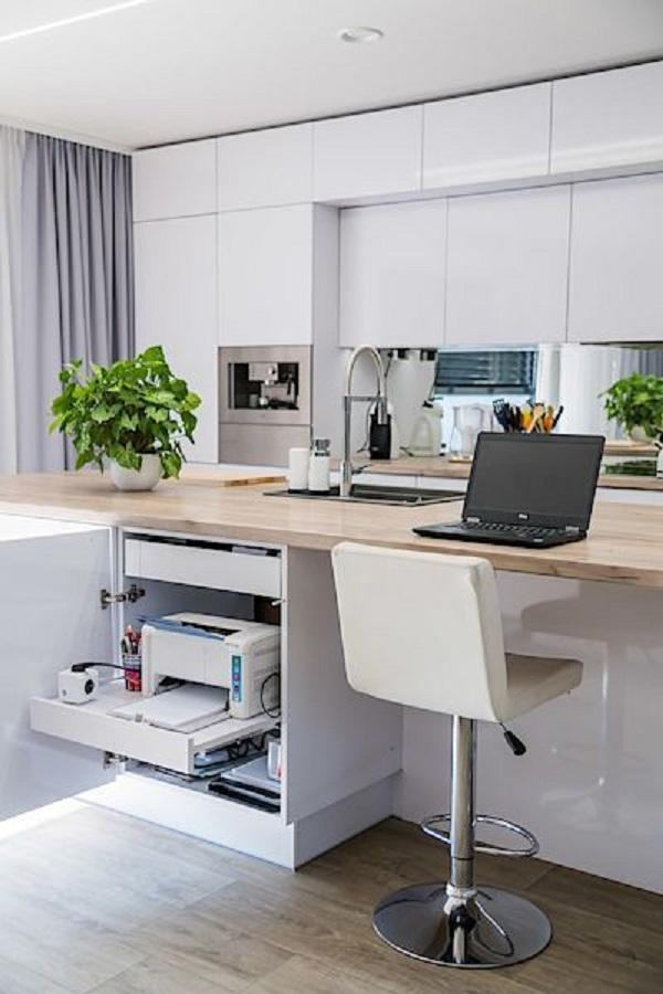 Casa com home office na sala e cozinha americana