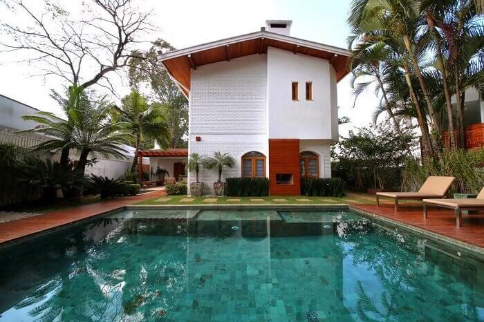 Casa de campo com piscina verde grande e funda. Projeto de MeyerCortez Arquitetura & Design