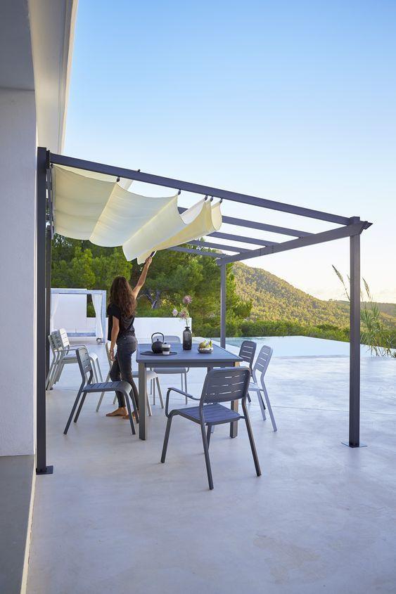 Casa moderna com toldo para varanda