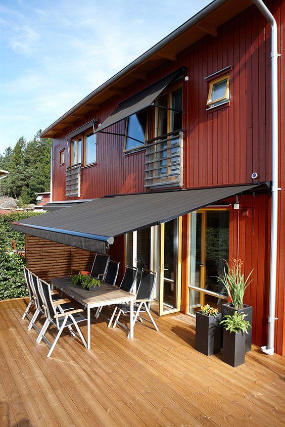 Casa rústica com toldo para varanda retrátil