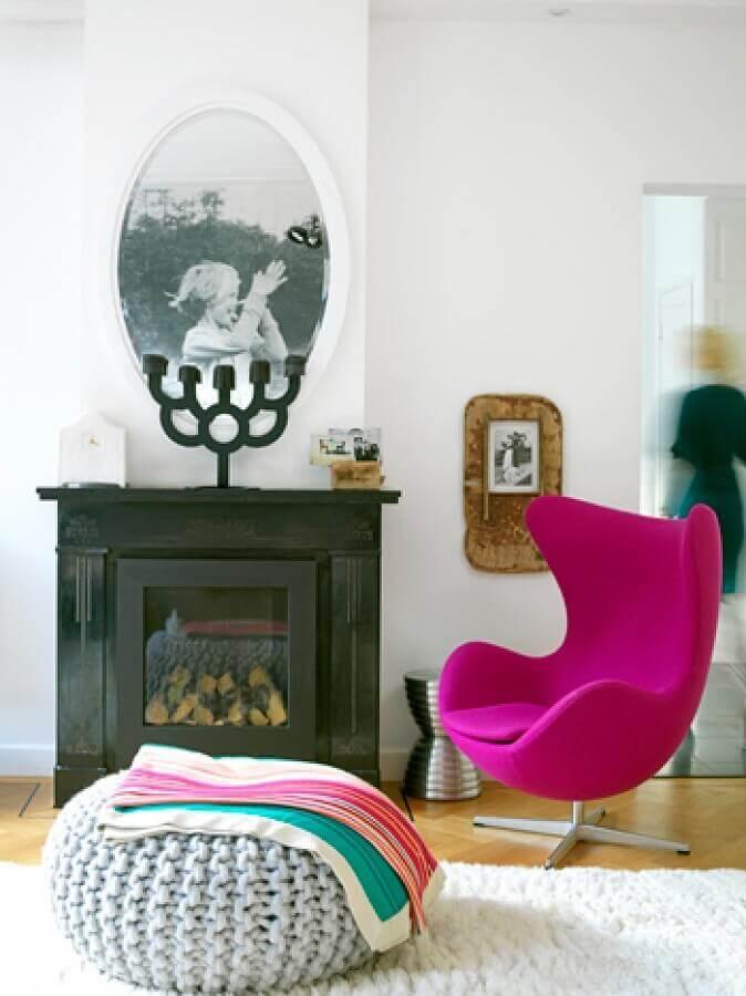 Chaminé para lareira clássica na sala de estar moderna decorada com poltrona rosa
