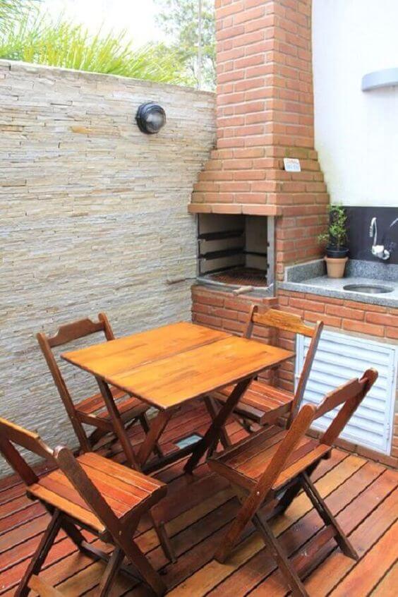 Churrasqueira de tijolinho pequena com chaminé na área gourmet simples