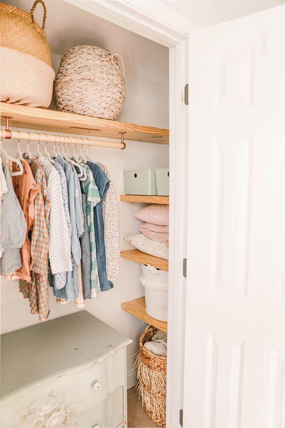 Closet com cômoda com cabideiro