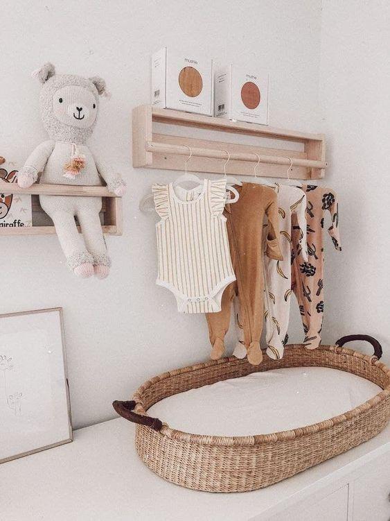 Comoda com cabideiro de madeira e trocador no quarto de bebe