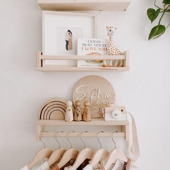 Comoda com cabideiro de madeira para o quarto rustico