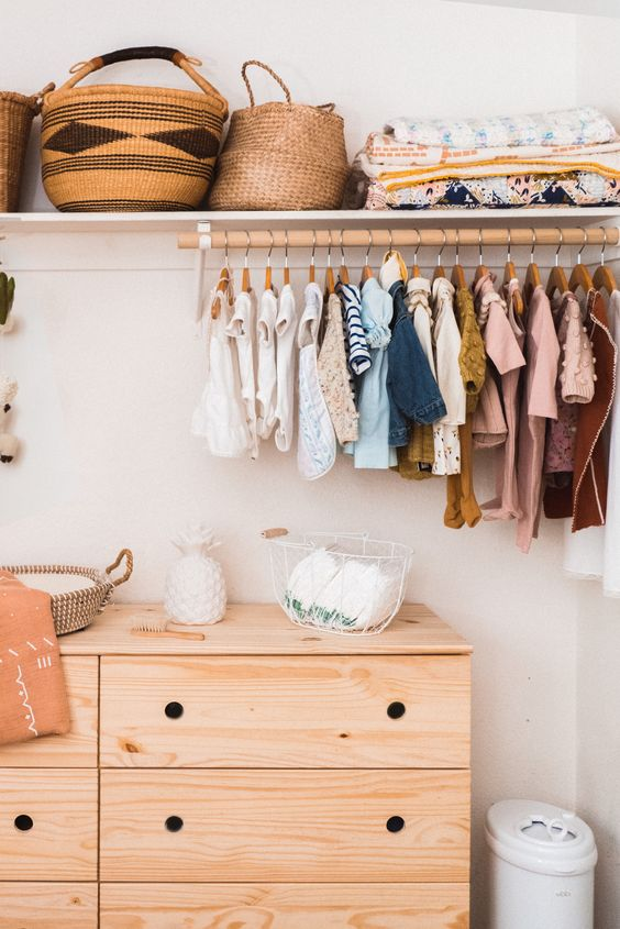 Comoda com cabideiro de madeira para organizar as roupas no ambiente