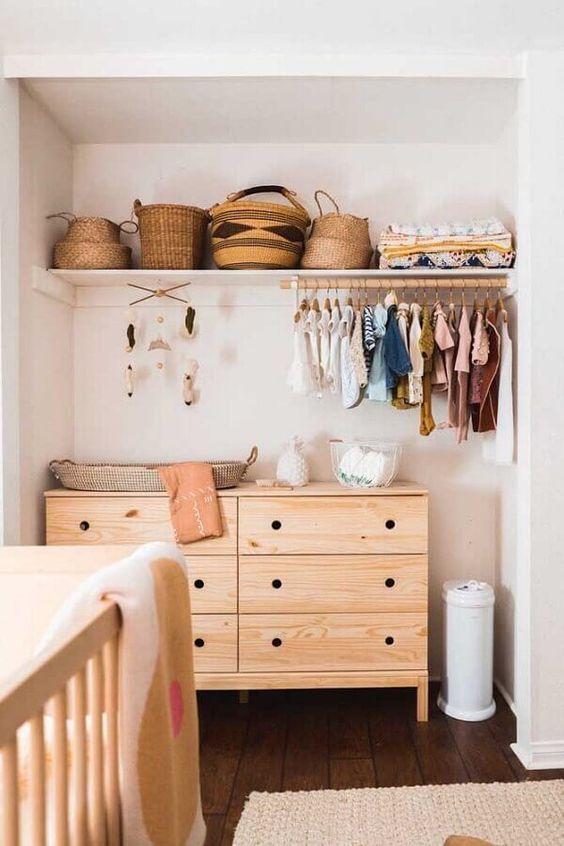 Cômoda com cabideiro de madeira para quarto de bebê