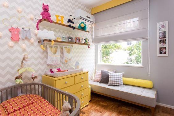 Comoda com cabideiro de madeira para quarto infantil em tons de amarelo e cinza