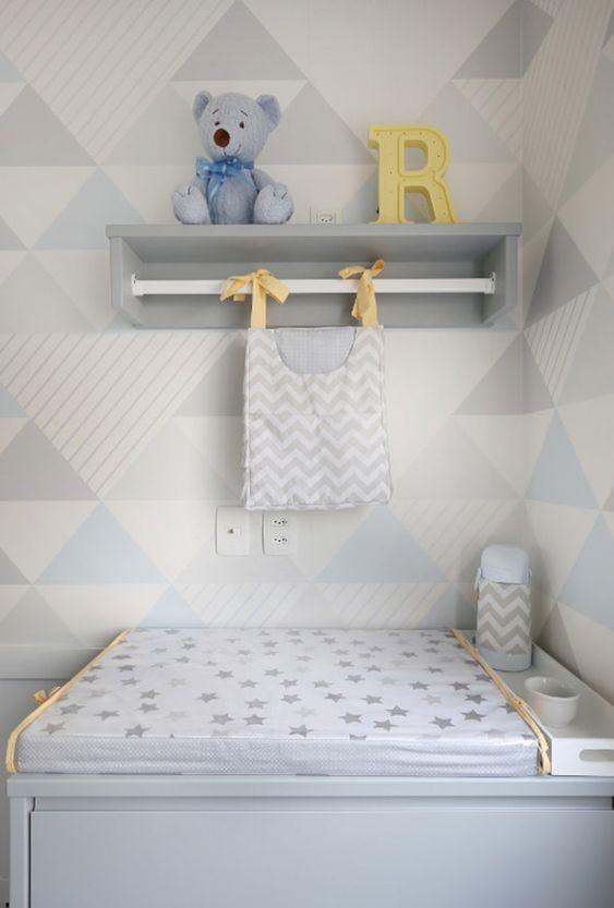 Comoda com cabideiro e prateleira para decorar o quarto de bebe