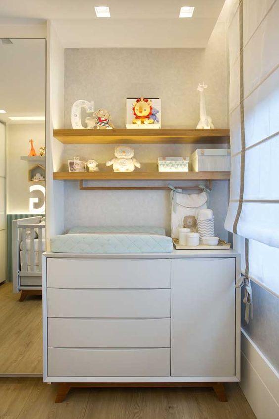 Comoda com cabideiro e prateleiras na decoracao do quarto de bebe