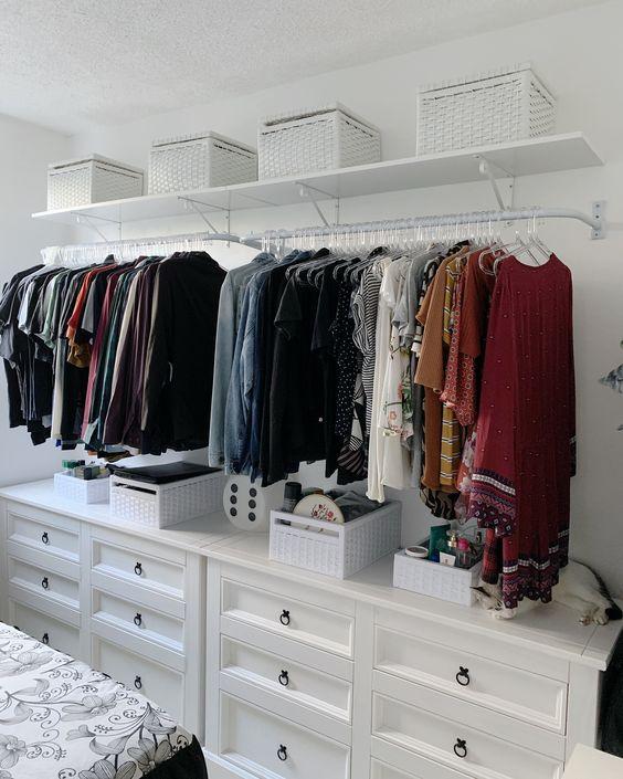 Cômoda com cabideiro para quarto moderno decorado com closet