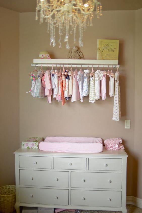 Cômoda com cabideiro retro para quarto de bebê