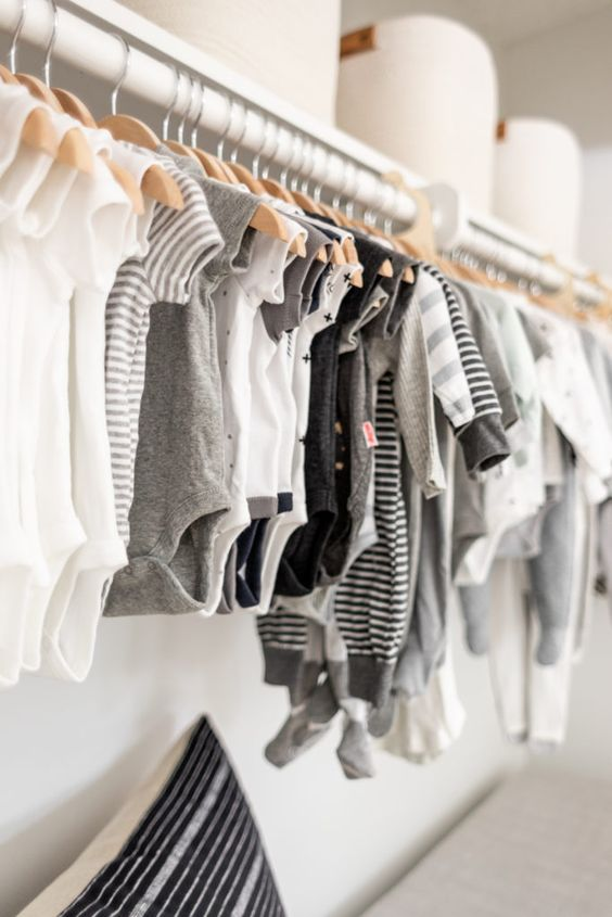 Cômoda com cabideiro simples na decoração de quarto de bebe