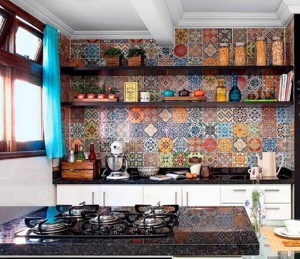 Cozinha alegre e colorida decorada com revestimento cerâmico de ladrilho hidráulico. Fonte: Pinterest