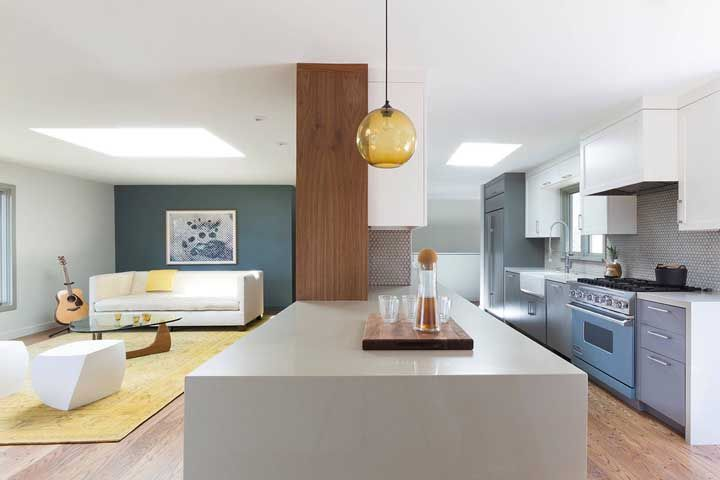 Cozinha americana com bancada cinza e móveis cinza
