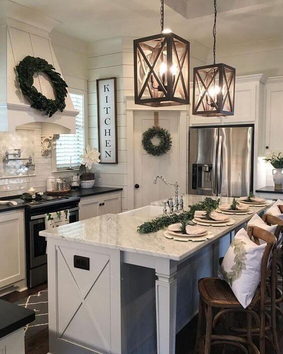 Cozinha americana com lustre quadrado de madeira