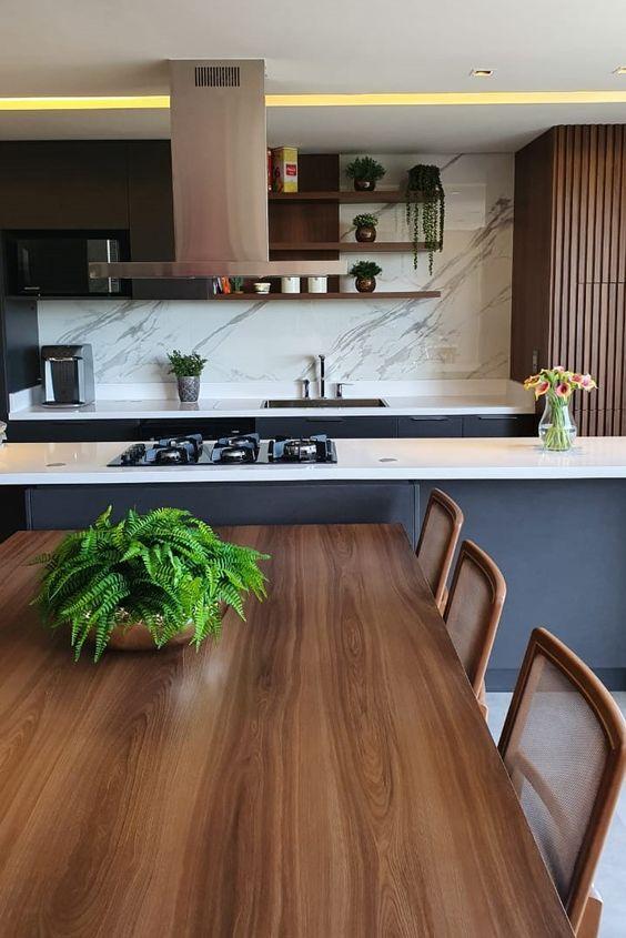 Cozinha americana com silestone branco e cooktop preto