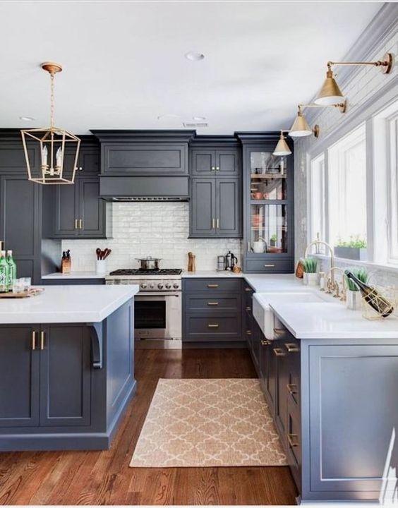 Cozinha azul marinho com silestone branco
