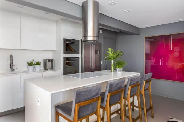 Cozinha branca com pedra para bancada de granito branco
