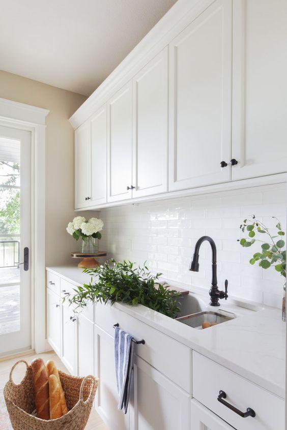 Cozinha branca com pedra silestone