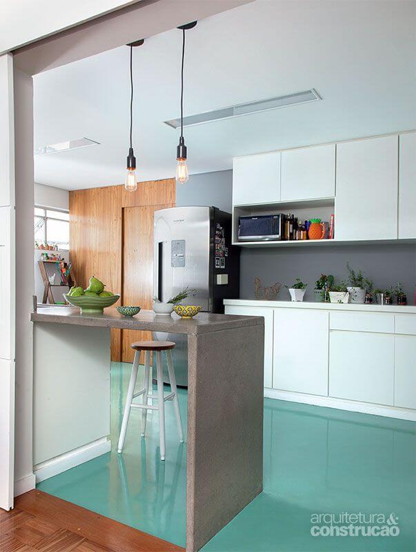 Cozinha branca com piso pintado de verde