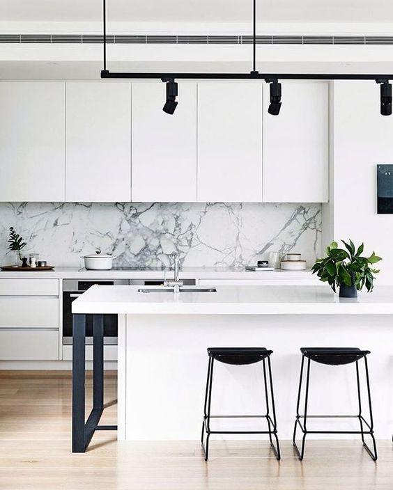 Cozinha branca com silestone branco na ilha gourmet e bancada