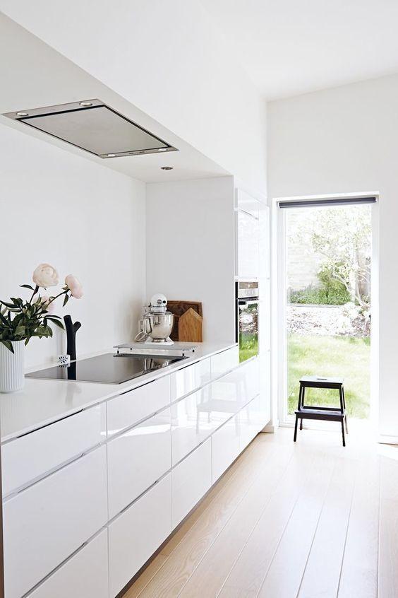 Cozinha branca e pequena de silestone branco