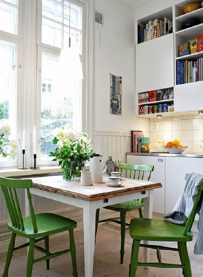 Cozinha branca simples decorada com cadeira verde Foto Pinterest