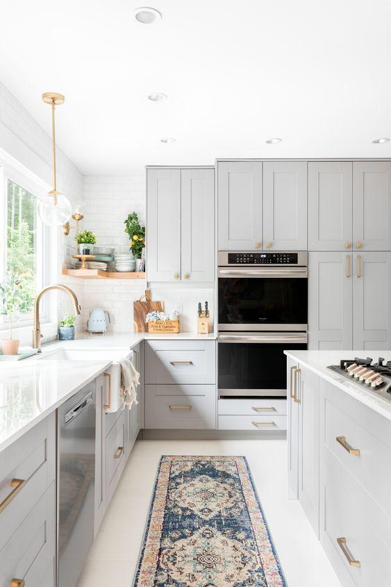 Cozinha cinza com bancada de silestone branco
