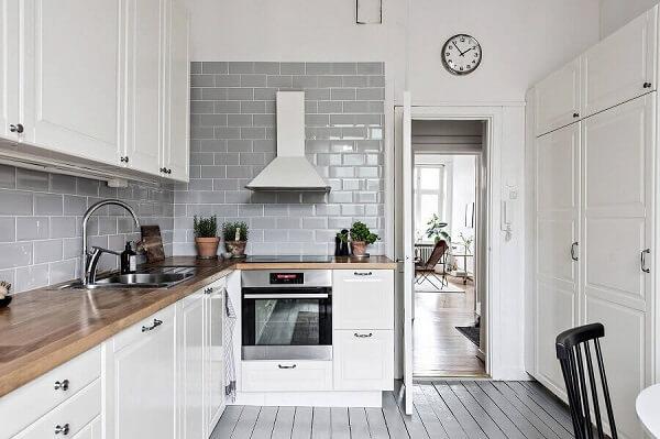 Cozinha clássica com revestimento cerâmico cinza e armários brancos. Fonte: Houzz