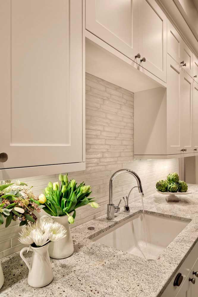 Cozinha clara com bancada cinza
