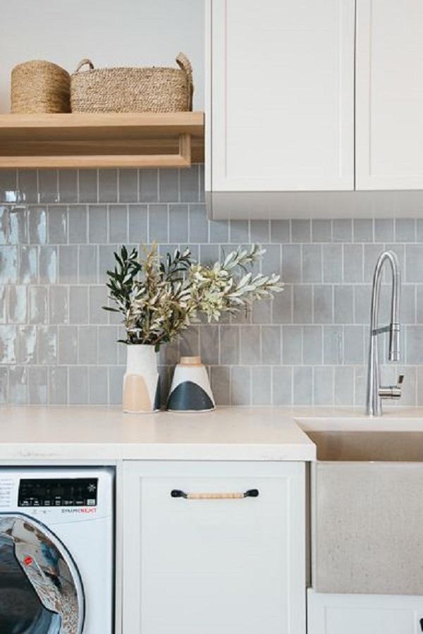 Cozinha com azulejo 3d e pedra silestone branco na bancada