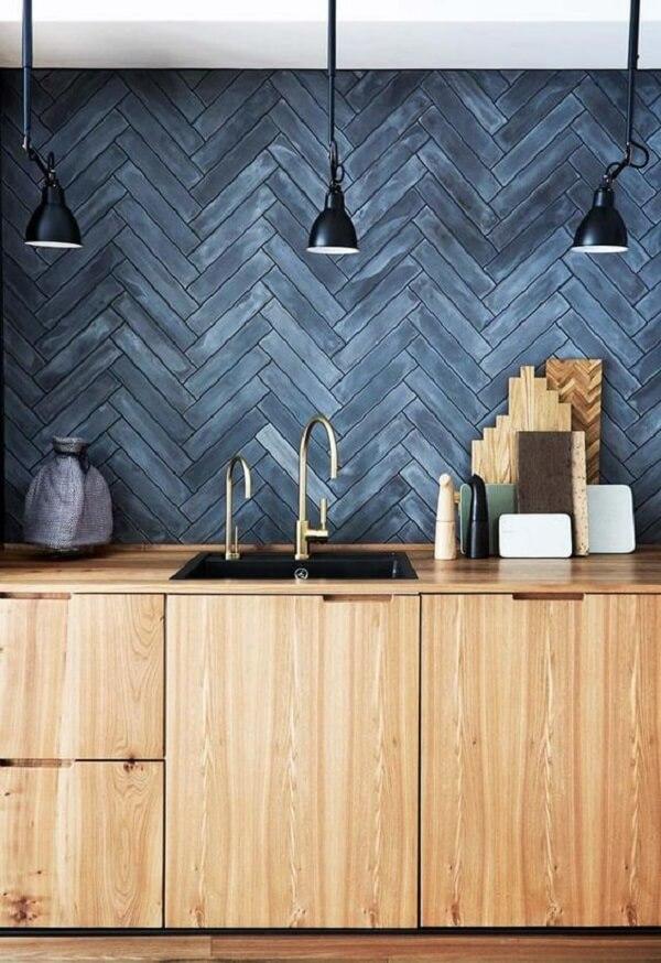 Cozinha com bancada de madeira e revestimento cerâmico azul. Fonte: Homes to Love Au